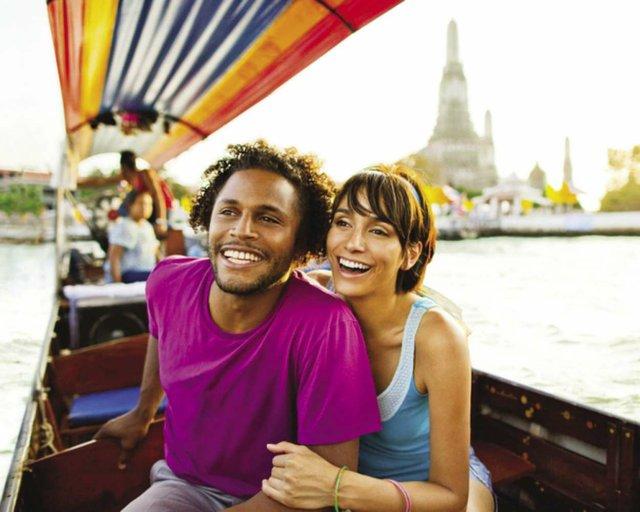 FriendlyPlanetTraveL_Romantic_Thailand_GondolaRide_Bangkok_opt.jpg